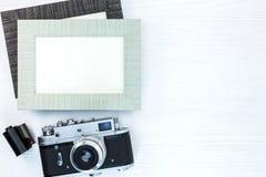 Ретро камера с креном фильма и 2 пустых рамки фото на белизне Стоковое Изображение RF