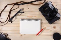 Ретро камера с пустой тетрадью Стоковые Фото