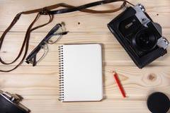 Ретро камера с пустой тетрадью Стоковое Изображение RF