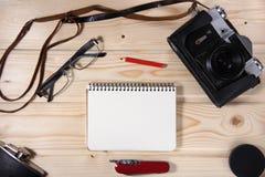 Ретро камера с пустой тетрадью Стоковая Фотография