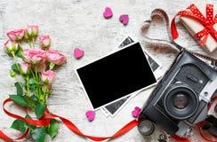 Ретро камера с пустыми фото, розами и подарочной коробкой Валентинки Da Стоковое Изображение