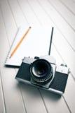 Ретро камера с тетрадью стоковая фотография