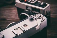 Ретро камера фильма на деревянной предпосылке Стоковое Изображение
