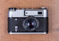 Ретро камера фото на деревянном столе Стоковые Изображения RF