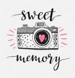 Ретро камера фото с стильной литерностью - сладостной памятью Иллюстрация вектора нарисованная рукой Стоковая Фотография RF