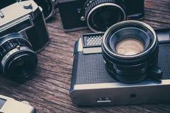Ретро камеры фильма на деревянной предпосылке Стоковые Фотографии RF