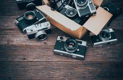 Ретро камеры фильма на деревянной предпосылке Стоковые Изображения