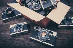 Ретро камеры фильма на деревянной предпосылке Стоковая Фотография RF