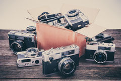 Ретро камеры фильма на деревянной предпосылке Стоковое фото RF