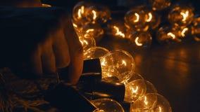 Ретро конец нити электрической лампочки вверх загорано Старая винтажная электрическая лампочка стоковое фото rf