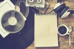 Ретро кофейная чашка предпосылки и музыки Стоковая Фотография