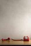 Ретро красный телефон с приемником с крюка и отставать через d Стоковые Фото