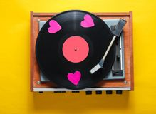 Ретро культура, Valentine' день s Декоративные сердца на плите показателя винила стоковые фото