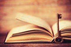 Ретро ключ и книга Стоковое фото RF