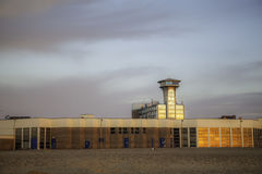 Ретро метрополия scifi - здания набережной включая управление к Стоковые Изображения
