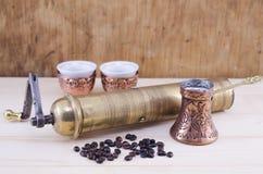 Ретро механизм настройки радиопеленгатора и комплект турецкого кофе Стоковое Фото