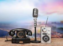 Ретро микрофон стиля и телефон, радио дальше Стоковые Изображения