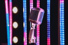 Ретро микрофон стиля на этапе в представлении фары музыкальной группы Стоковая Фотография RF