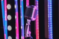 Ретро микрофон стиля на этапе в представлении фары музыкальной группы Стоковые Фотографии RF