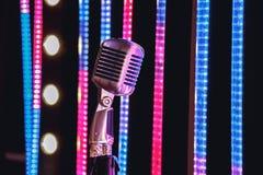 Ретро микрофон стиля на этапе в представлении фары музыкальной группы Стоковое Фото