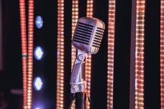 Ретро микрофон стиля на этапе в представлении фары музыкальной группы Стоковое Изображение RF
