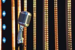 Ретро микрофон стиля на этапе в представлении фары музыкальной группы Стоковое Изображение