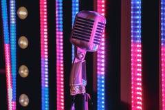 Ретро микрофон стиля на этапе в представлении фары музыкальной группы Стоковые Изображения RF