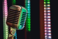 Ретро микрофон стиля на этапе в представлении фары музыкальной группы Стоковые Фото