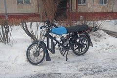 Ретро мопед припаркованный в снеге на стороне дороги стоковые изображения rf