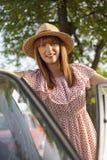 Ретро молодая женщина стиля стоя рядом с автомобилем Стоковые Изображения RF