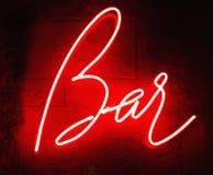 Ретро неоновая вывеска с баром слова r бесплатная иллюстрация