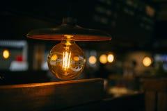 Ретро ночная жизнь освещения, винтажное кафе электрической лампочки стоковая фотография rf