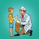 Ретро доктор перевязывая руку мальчика раненую Стоковая Фотография