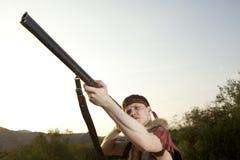 Ретро охотник готовый для того чтобы поохотиться с винтовкой звероловства Стоковые Фотографии RF