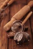 Ретро печенья кухни отливают инструменты в форму утварей на старом деревянном столе i Стоковые Изображения