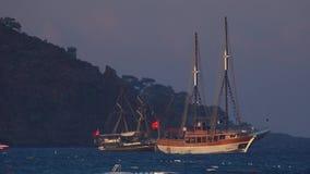 2 ретро пиратского корабля стоя в море акции видеоматериалы