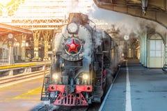Ретро поезд пара стоит на винтажном железнодорожном вокзале стоковые изображения rf