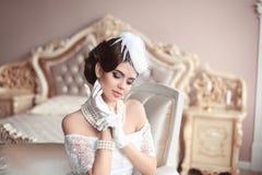 Ретро портрет женщины Элегантная дама брюнет с стилем причёсок, грушей Стоковые Изображения