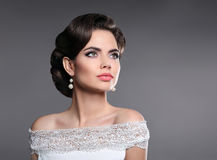 Ретро портрет женщины Элегантная дама с стилем причёсок, jewelr жемчугов Стоковое Изображение RF