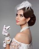 Ретро портрет женщины Элегантная дама с стилем причёсок, jewelr жемчугов Стоковые Фотографии RF