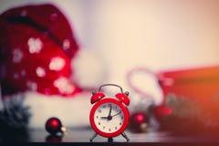 Ретро подарки будильника и рождества Стоковые Изображения RF