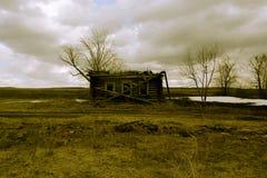 Ретро разрушенный деревянный дом в дезертированное Стоковое Фото