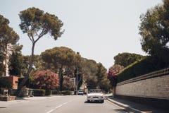Ретро ралли автомобиля Французский riviera Славные - Канн - St Tropez перемещение карты назначения стеклянное увеличивая стоковое изображение