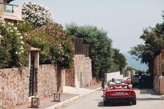 Ретро ралли автомобиля Французский riviera Славные - Канн - St Tropez перемещение карты назначения стеклянное увеличивая стоковые фотографии rf