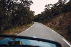 Ретро ралли автомобиля Французский riviera Славные - Канн - St Tropez перемещение карты назначения стеклянное увеличивая стоковые фото
