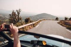 Ретро ралли автомобиля Французский riviera Славные - Канн - St Tropez перемещение карты назначения стеклянное увеличивая стоковые изображения rf