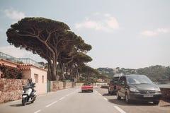 Ретро ралли автомобиля Французский riviera Славные - Канн - St Tropez перемещение карты назначения стеклянное увеличивая стоковые изображения
