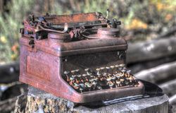 Ретро ржавая машинка металла с сломленными ключами Стоковая Фотография RF