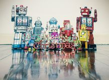 Ретро роботы с подарками на старом деревянном поле стоковое изображение rf