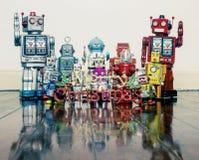 Ретро роботы с подарками на старом деревянном поле стоковое изображение